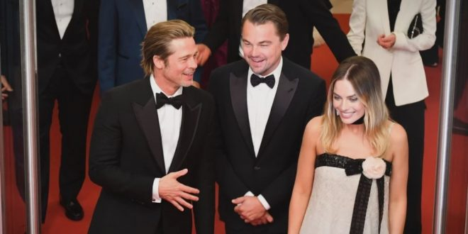 """(ФОТО) Една од најубавите глумици на светот ја засениле двајца """"фраери"""": Едниот има 44., а другиот 55. но и понатаму се ептен атрактивни!"""