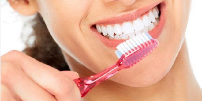 """(РЕЦЕПТ) Жабуркајте ја оваа течност 60. секунди во устата и сите """"наслаги"""" од забите ќе исчезнат"""