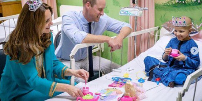 (ФОТО) Кралското семејство во посета на болница: Дали е ова најемотивната фотографија која ја видовте денес?