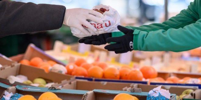 Можеме ли да се заразиме преку храната и амбалажата во продавница: Еве колку е ризично купувањето!