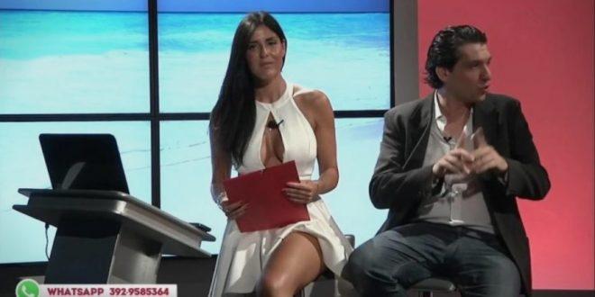"""(ВИДЕО) Италијанската водителка, среде емисија, имала """"непријатност"""" со фустанот кој и се отворил на незгодното место…"""