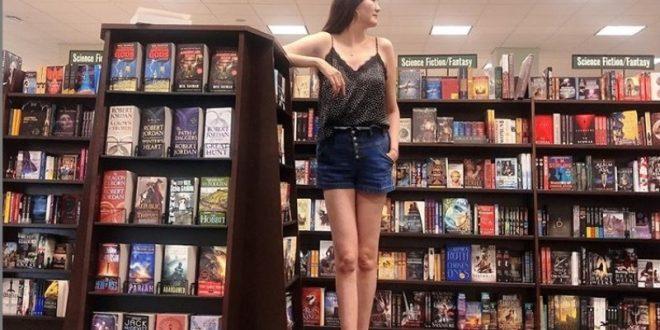(ФОТО) Фотки на девојка станале хит на интернет бидејќи ги има НАЈДОЛГИТЕ НОЗЕ на светот!