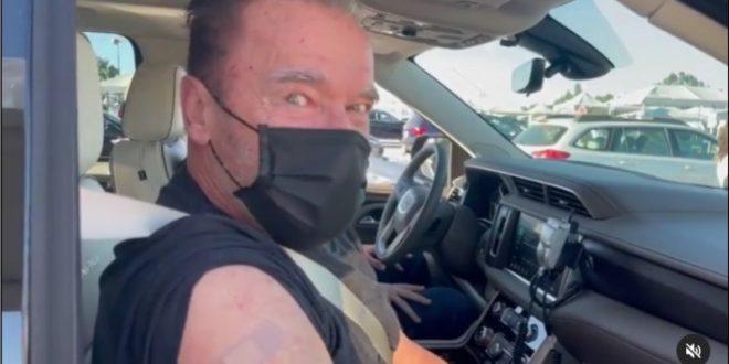 (ВИДЕО) Арнолд Шварценегер се вакцинирал додека бил во автомобилот!