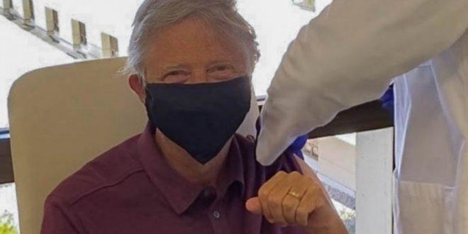 (ФОТО) Гејтс се вакцинирал – Открива кога ќе престане да носи маска