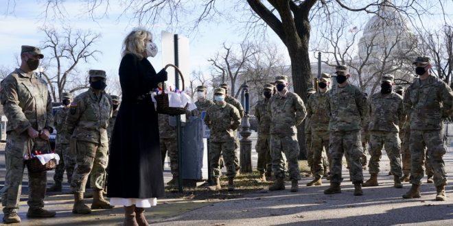 (ФОТО) КОГА ПРВАТА ДАМА ЌЕ НАПРАВИ КОЛАЧИ: Џил Бајден им однела послужување на членовите на Националната гарда во Капитол