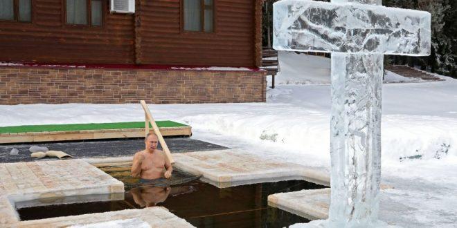 (ВИДЕО) Путин во повод Богојавление се нурнал во ледената вода