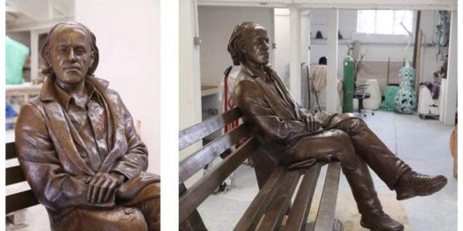 Семејството на писателот Горан Стефановски донираше скулптура за Спомен обележјето на прославениот драматург