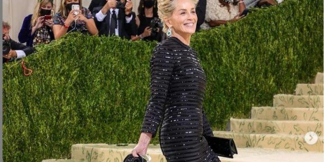 """(ФОТО) Шерон Стоун ја покажа линијата во костим за капење: """"Важно е да се грижите за себе"""""""
