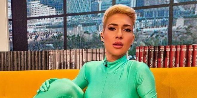 (ФОТО) Српска водителка станала предмет на шеги и исмејување поради она во што се појавила во емисијата во живо